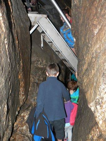 Polar Caves Park : Grotte avec un escalier