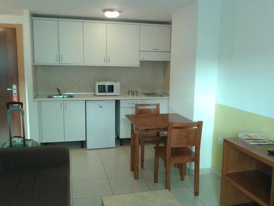 Surfing Colors Apartments: cucina/soggiorno