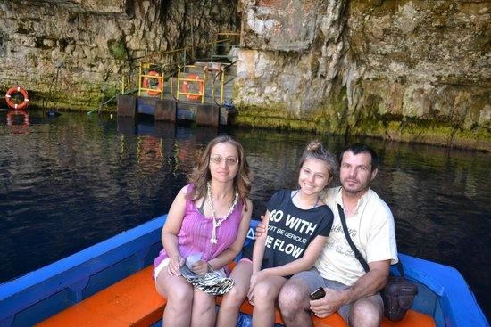 Melissani Cave: The boatman takes photos of visitors