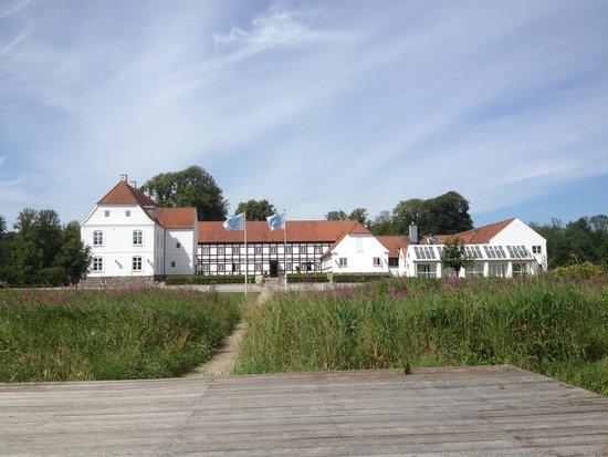 Sinatur Hotel Haraldskaer: Hotelfacade fra åen