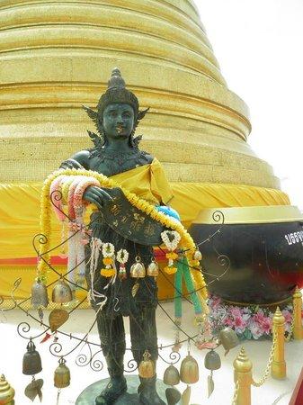 The Golden Mount (Wat Saket): Ofrendas en el chedi dorado de Wat Saket