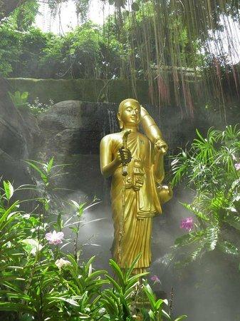 The Golden Mount (Wat Saket): Estatua de Buda en las fuentes de Wat Saket