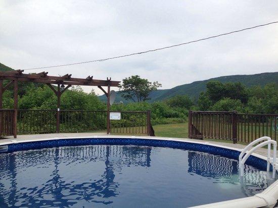 Highland Breeze Bed & Breakfast: Outdoor pool