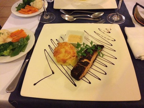 Restaurante Christopher: Black peppered mexican salmon with dauphonoise potatoes.