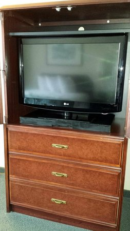 Wingate by Wyndham Vineland: Television and clothes dresser