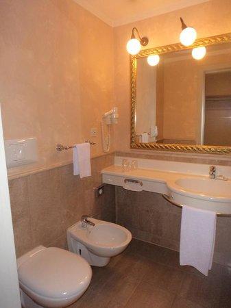 Cosmo Hotel Palace : La sala da bagno