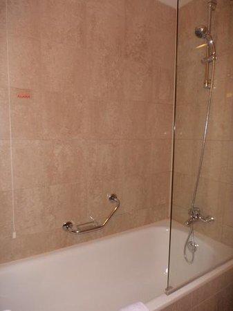 Cosmo Hotel Palace : La vasca con doccia