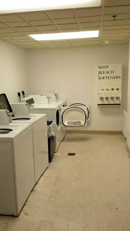 Wingate by Wyndham Vineland: Laundry Room down the hallway