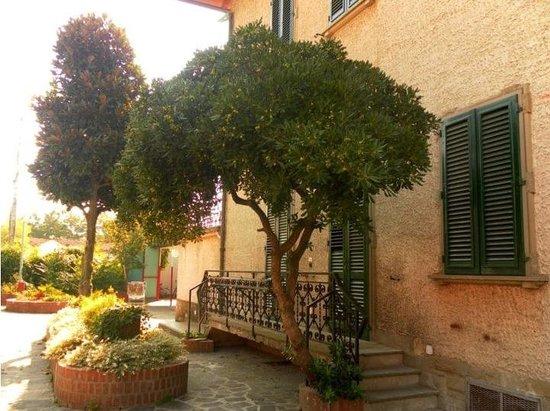 Villa Michelina Youth Hostel : Piazzale esterno ostello