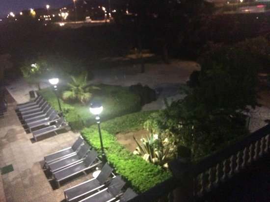 Santa Susanna Resort : Pool area at night, on the gravel surface