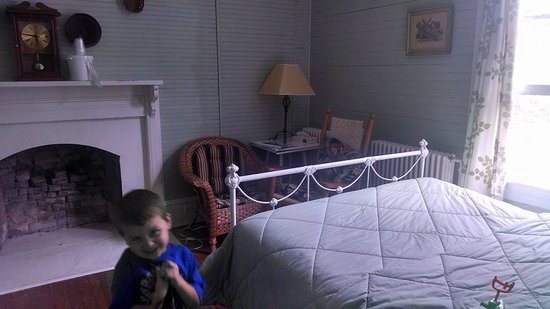 Balsam Mountain Inn & Restaurant: There were 2 beds this size in the room - you see less than half the room here