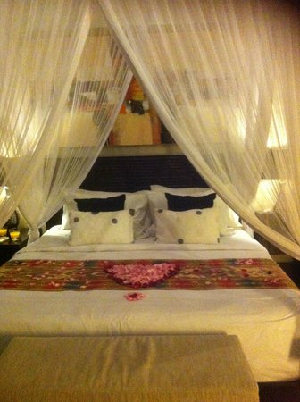 Arwana Estate : Our bed decorated with rose petals