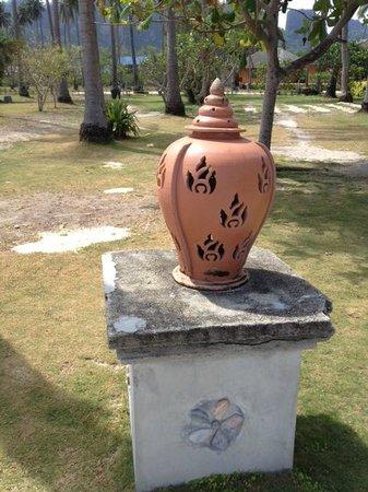 Phi Phi Island Village Beach Resort : Hotel's territory finishing (grass and etc.)