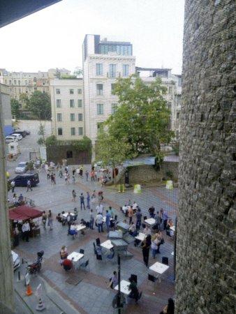 World House Istanbul : Вид из окна на площадь перед Галата Тауэр
