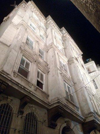World House Istanbul : Вид снизу. Ресепшен и основной хостел на другой улице, в 50 метрах