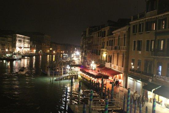 Hotel Marconi: После дня походов по Венеции вечером в этом месте с бокалом вина на канале, прелестно!