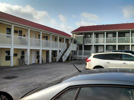 Ocean Crest Motel : Parking lot view