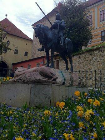 Upper Town (Gornji Grad) : Estátua na entrada da parte alta