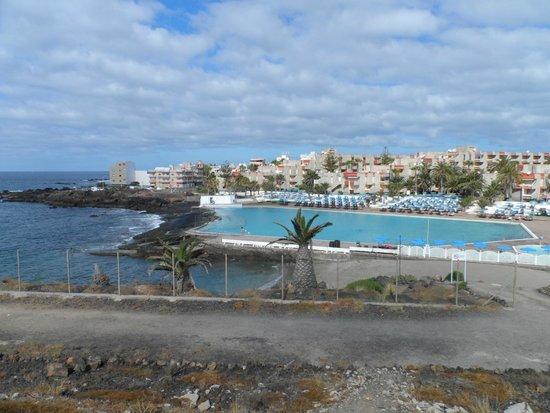 Alborada Beach Club: Вид на пляж, бассейн и отель
