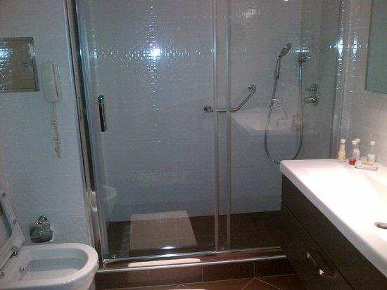 LaresPark Hotel: Bathroom