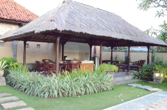 The Club Villas: outdoor kitchen-dining-lounge