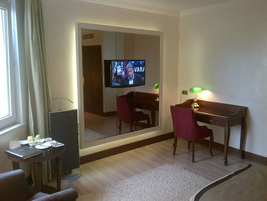 Larespark Hotel: Antechamber with workdesk and flat screen and minibar