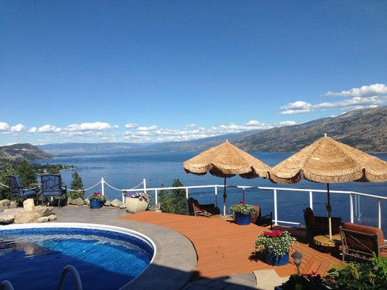 Okanagan Oasis B&B: The pool area overlooking Lake Okanagan