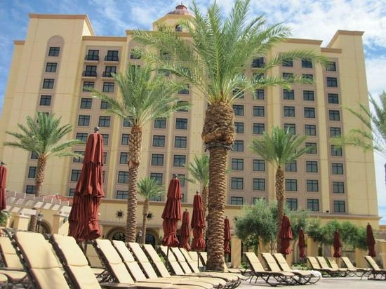 Casino Del Sol Resort: View of hotel from pool