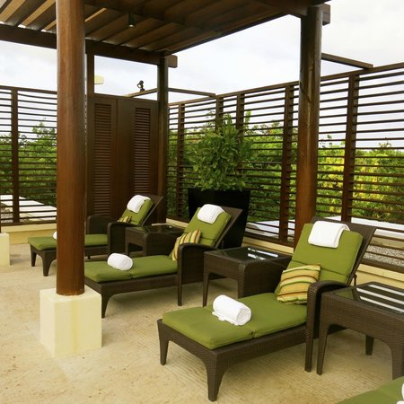 Fairmont Mayakoba: Rooftop spa area by plunge pools.