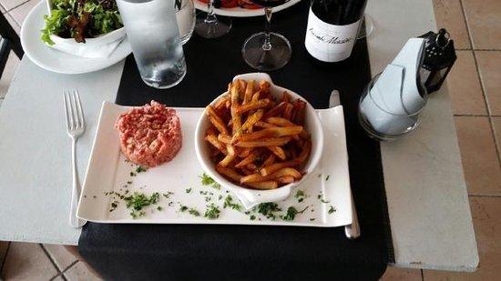 Le GORDON : Tartare et frites maison avec salade. Juillet 2014