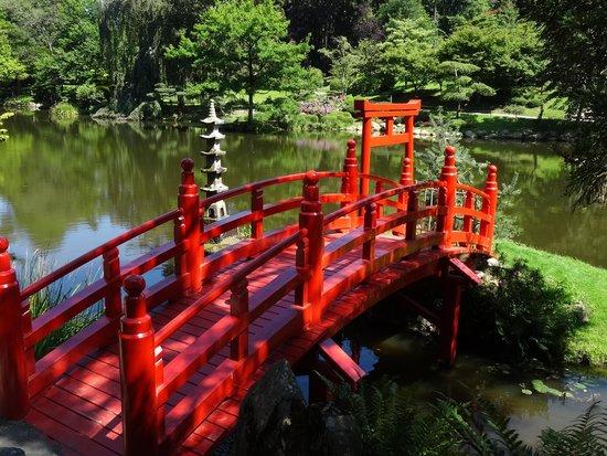 Parc Oriental de Maulevrier : le pont rouge