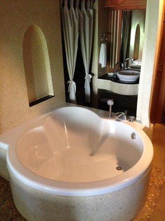 Vogue Resort & Spa Ao Nang : bathtub