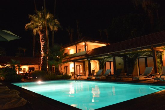 La Maison Hotel: Der Pool mit den umliegenden Zimmern am Abend