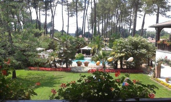 Relais de la Poste : Le jardin et la piscine vue depuis la chambre