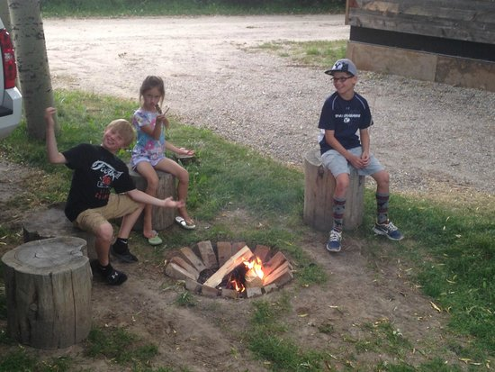 Fireside Resort : Makin S'mores round the campfire
