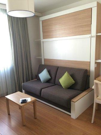 Adagio Paris Vincennes: Sofa and pull down bed