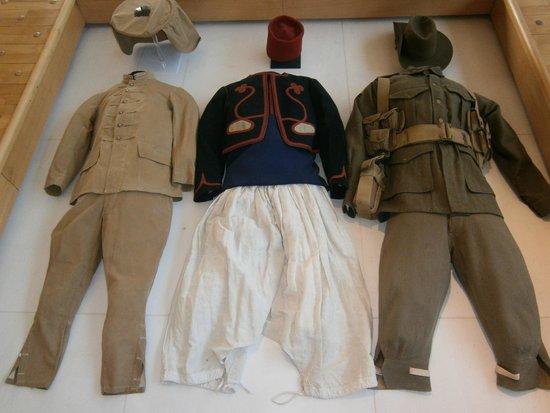 Historial de la Grande Guerre : uniformes de soldats indochinois,congolais et australiens