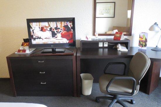Fiesta Inn Aguascalientes : テレビ、引出タンス、デスクにはコンセントが有ります