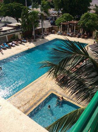 Himawari Hotel Apartments: Pool area