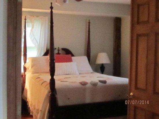 The Inn at Grist Iron: Fireside bedroom