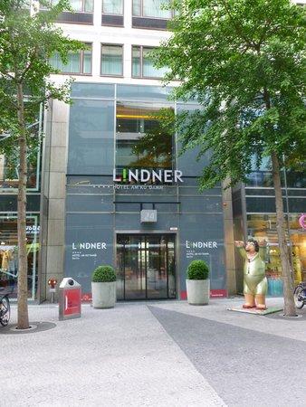 hotel entrance picture of lindner hotel am ku 39 damm. Black Bedroom Furniture Sets. Home Design Ideas