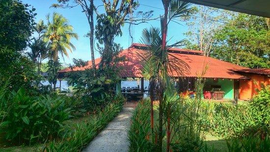 La Baula Lodge : Vue de la salle de bain et terrasse chambre