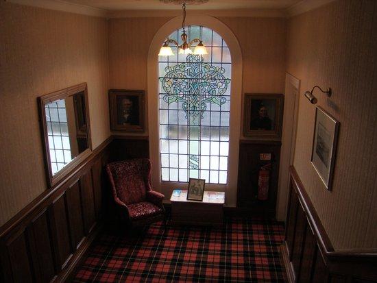 Breezemount Manor: palier de l'escalier avec moquette aux couleurs du clan écossais du propriétaire
