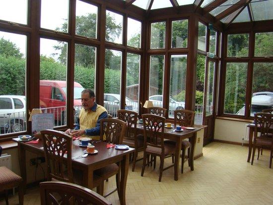 Breezemount Manor: La véranda restaurant