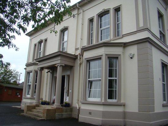 Breezemount Manor: L'entrée en facade