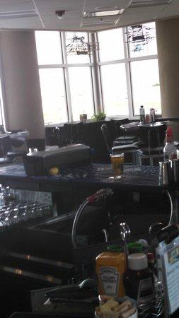 The Hangar Restaurant & Flight Lounge: Bar area almost 6 o'clock
