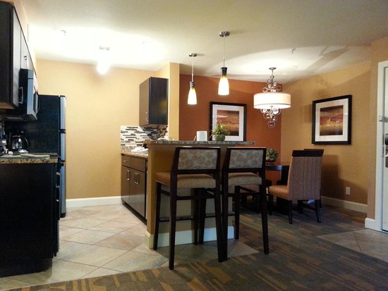 Holiday Inn Club Vacations Las Vegas - Desert Club Resort: Kitchen/Dining
