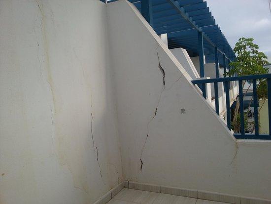 THB Tropical Island: Las grietas en el balcón