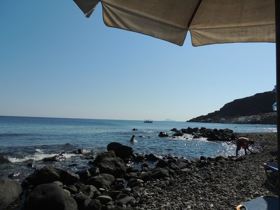 Akrotiri Hotel: Sunbeds and umbrellas available on the beach
