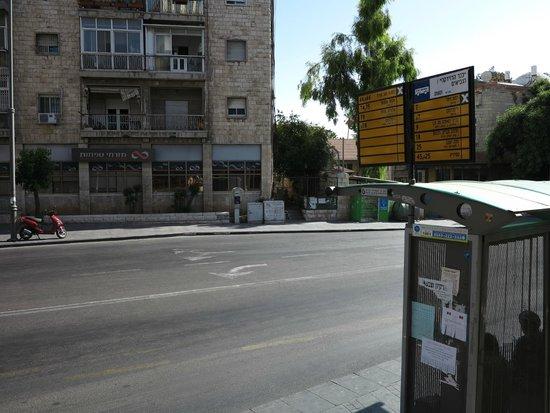 Abraham Hostel Jerusalem: автобусная остановка возле хостела